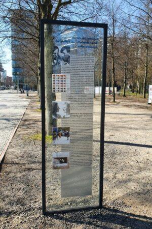 Infotafel am Homosexuellen-Denkmal