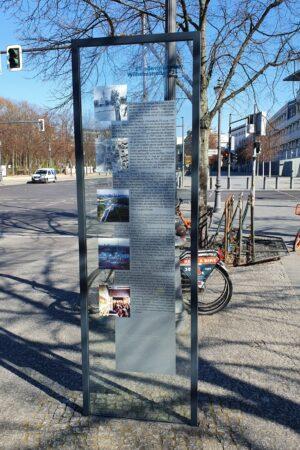 Infotafel zur Wilhelmstraße 72 am Holocaust-Denkmal