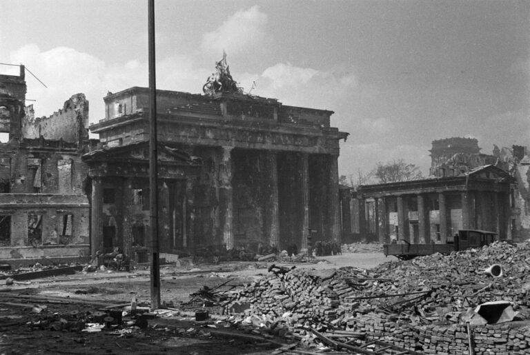 Das zerschossene Brandenburger Tor Anfang Mai 1945 Im Hintergrund ist das Reichstagsgebaeude