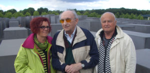 Walter Frankenstein with his son Michael and his wife in the Stelenfeld (June 2012), Photo: Stiftung Denkmal