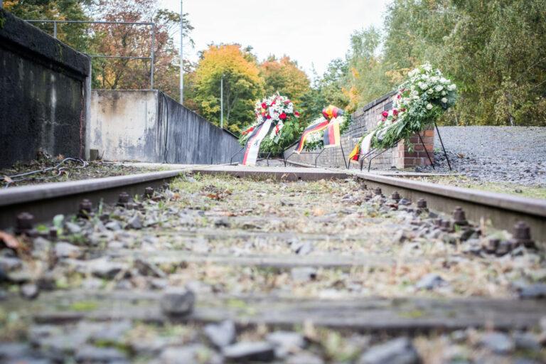 Gedenken am Mahnmal Gleis 17 im Oktober 2021 (2)