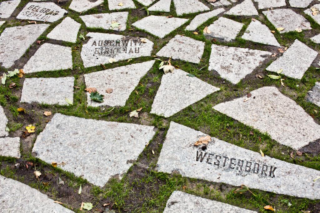 Steine am Brunnen © Stiftung Denkmal, Foto: Marko Priske