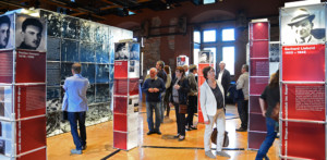 Besucher in der Ausstellung in Aschaffenburg (Station der Ausstellung vom 27. September bis zum 4. November 2018), Foto: Otschik