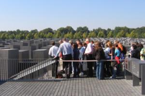 Besucher am Eingang zum Ort der Information